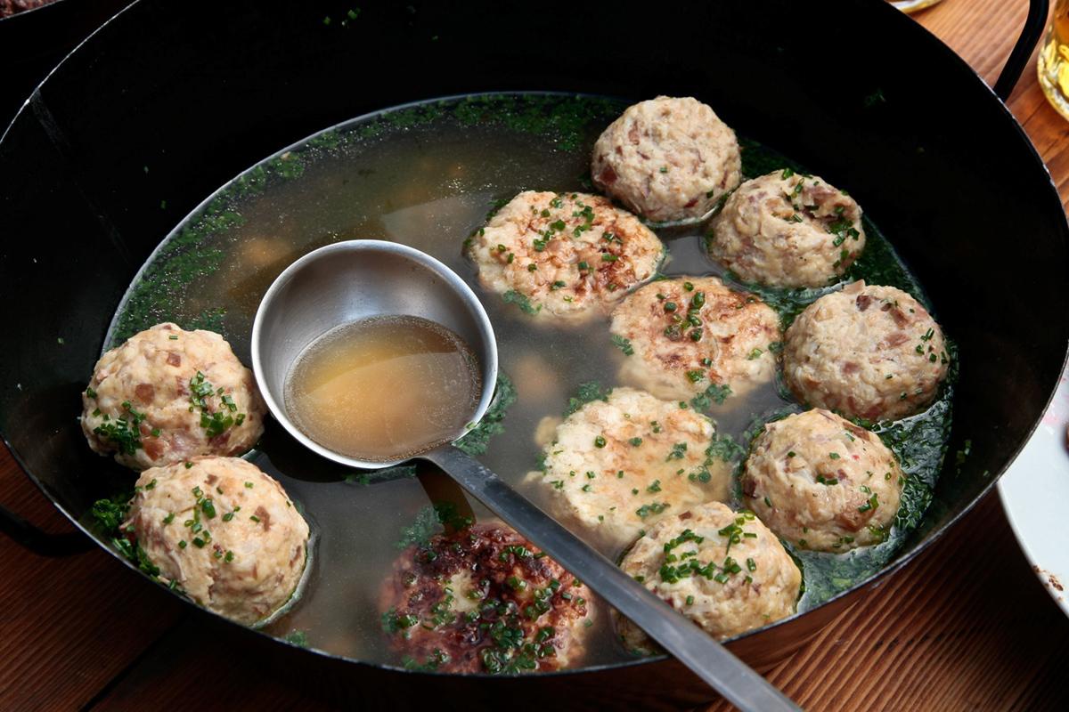 Herzhafte Kaspressknödel-Suppe