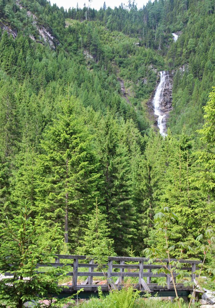 Wasser stürzt hier vom Keeskogel ins Tal.