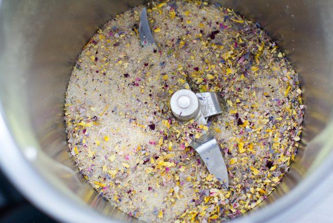 Getrocknete und gehackte Blüten mit Zucker vermischen.