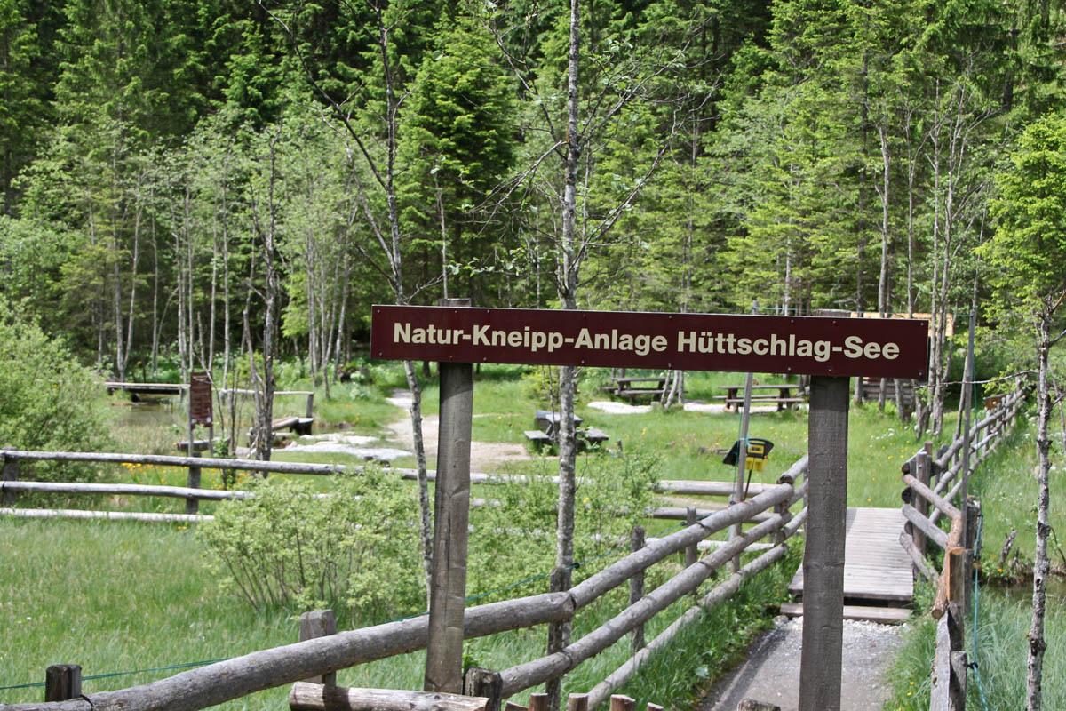 Der Weg führt an einer Naturkneippanlage vorbei.