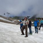 Über Altschneefelder geht es bergauf.