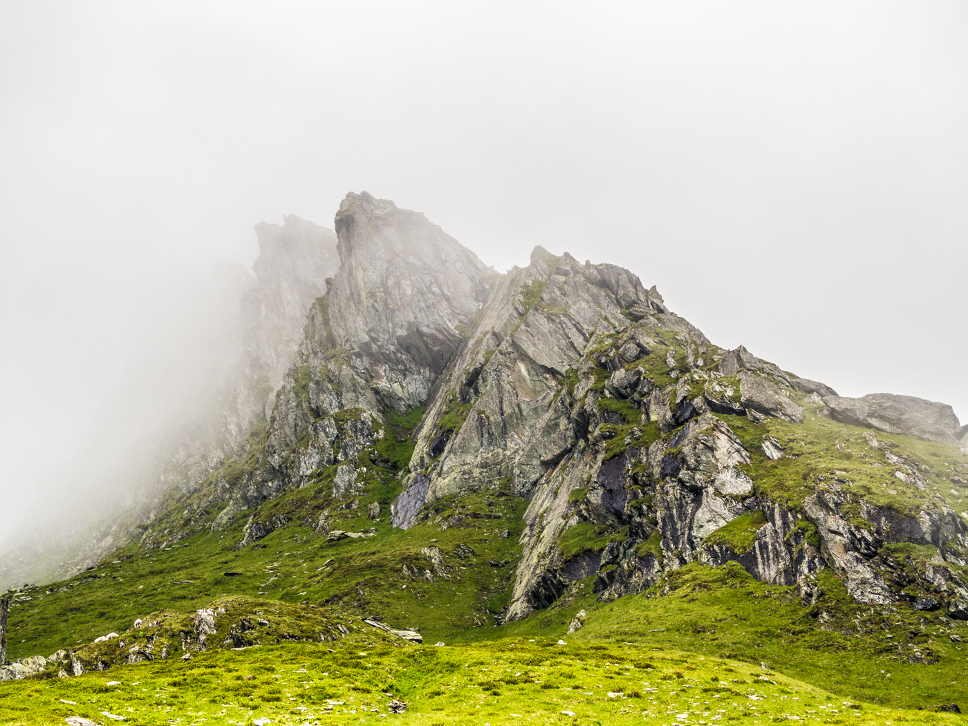 Mystisch hängt der Nebel in den Gipfeln.