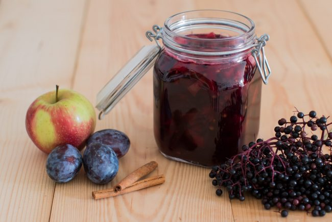 Hollerkoch mit Zwetschgen, Äpfel und Holunderbeeren