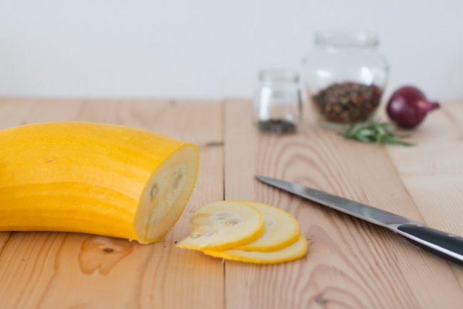 Zucchini in Scheiben schneiden.