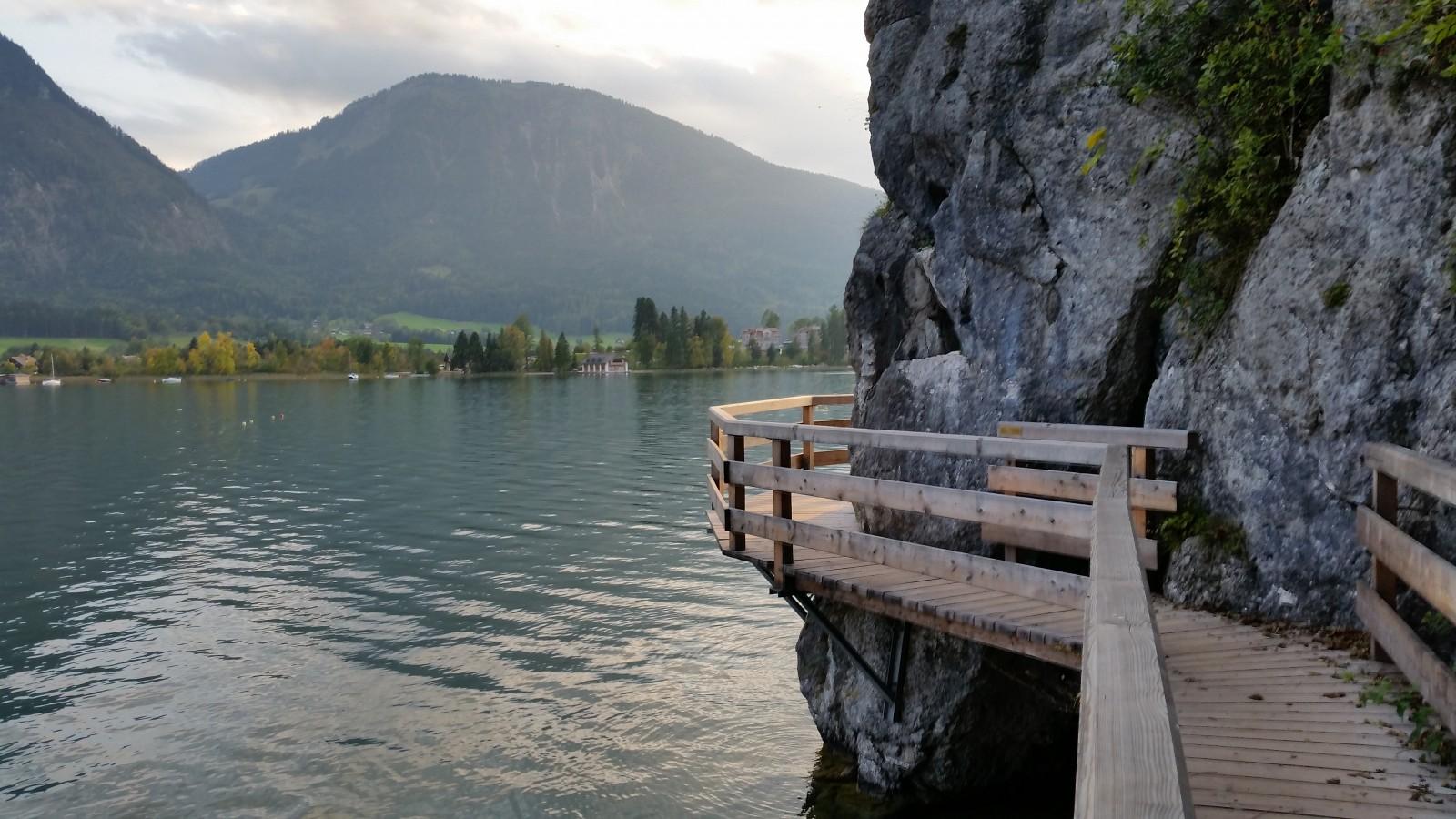 Holzsteg entlang des Felsen