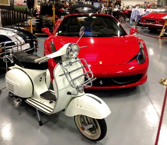 Ferrari 458 Italia und eine Vespa