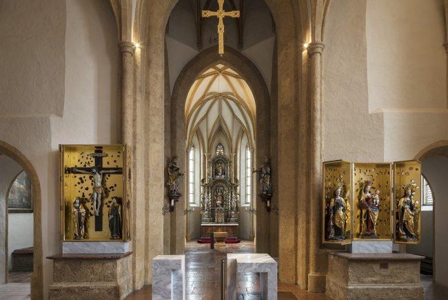 Blick auf Ambo, Altar und Flügelaltäre. Im Hintergrund der historische Hochaltar der Pfarrkirche St. Maximilian in Bischofshofen Foto ©Andrew Phelps