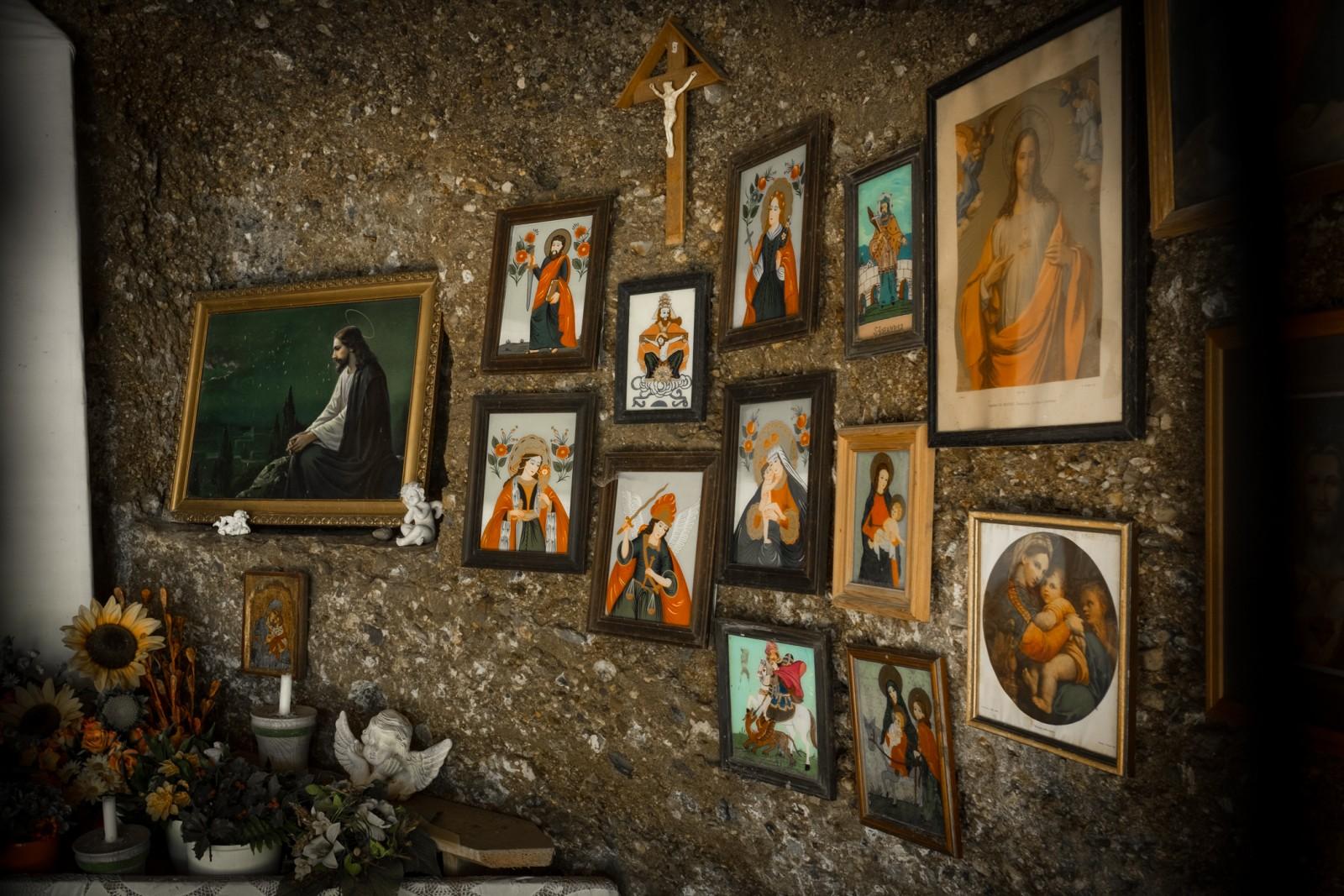 Der Altar im Inneren beherbergt Heiligenbilder...