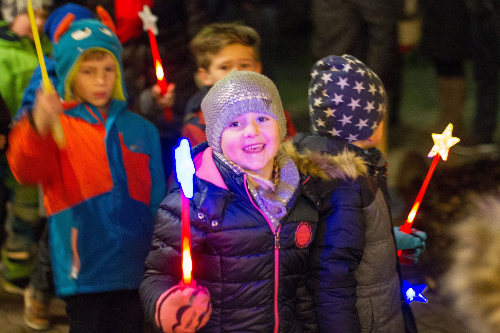 Funkelnde Kinderaugen beim Licht-Advent