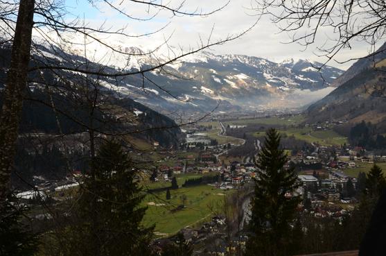 In den Bergen liegt Schnee, der Golfplatz ist schon grün