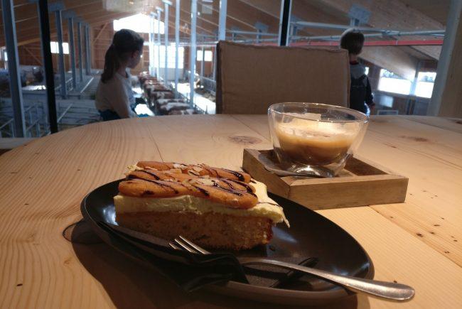 Kaffee und Kuchen mit Stallblick