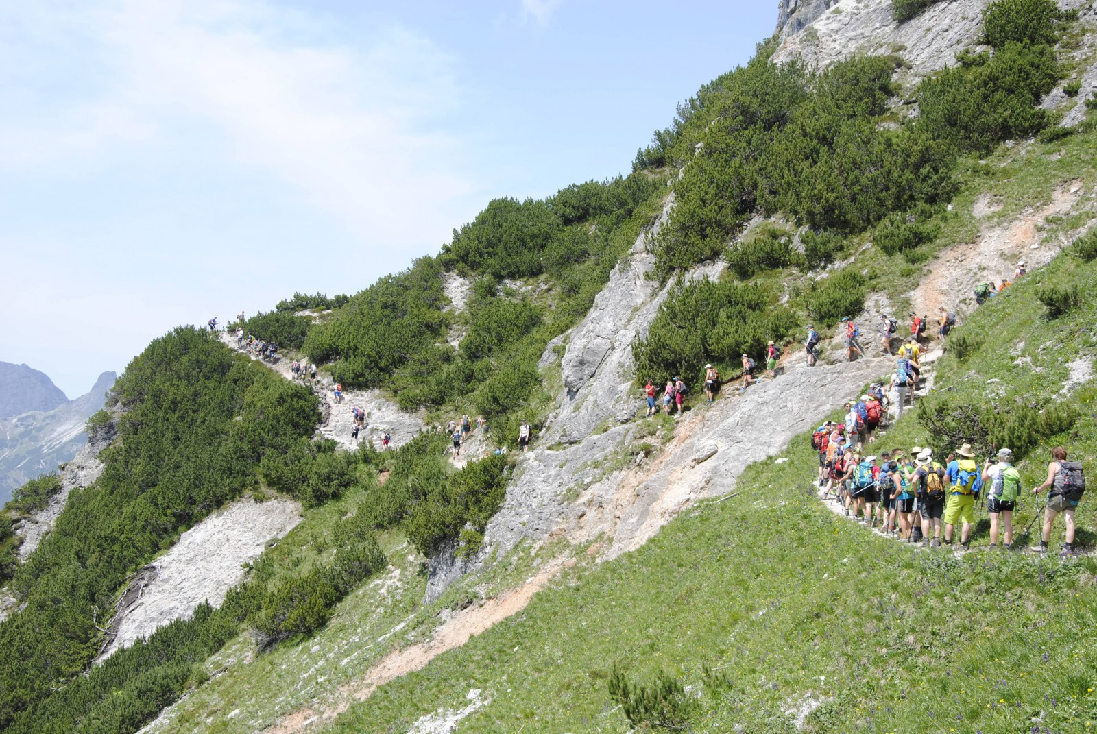Im Gänsemarsch hoch oben entlang der Wege auf den Steinbergen