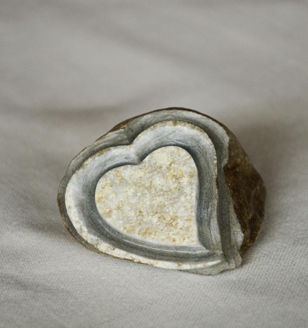 Herz aus Stein mit Gravur