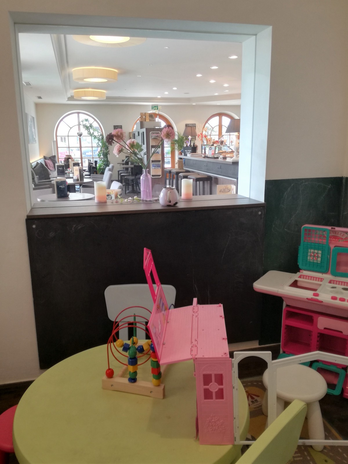 Kaffee Mühle - Blick vom Spielzimmer ins Lokal