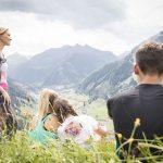 Familie mit Ausblick auf die traumhafte Kulisse des Raurisertals