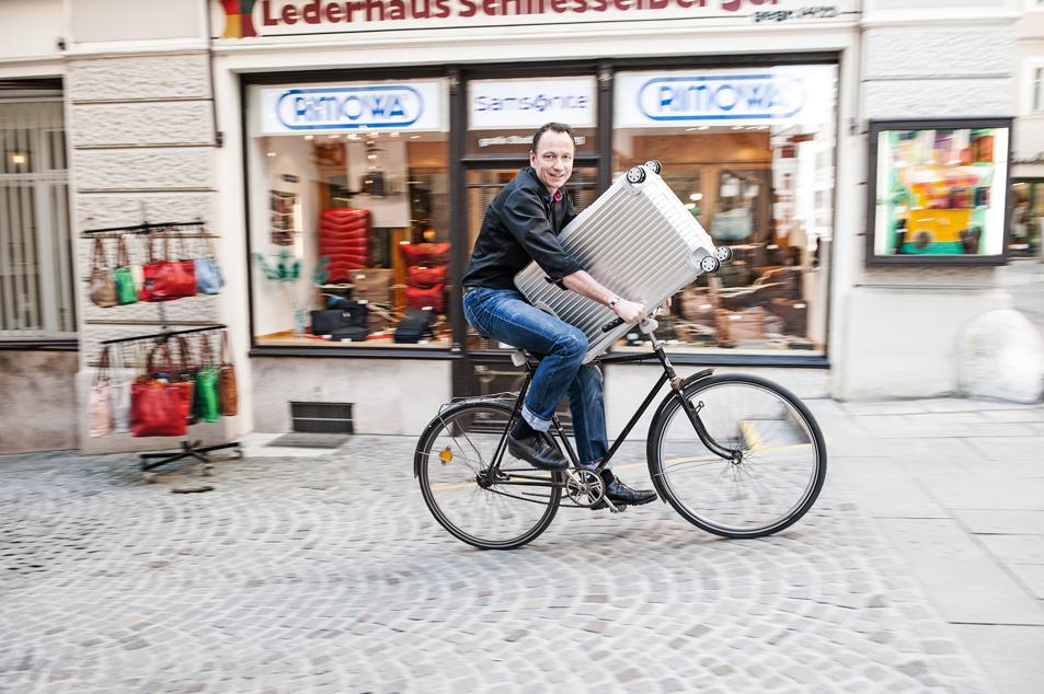 Moritz Schliesselberger stellt Koffer auch mit dem Rad zu