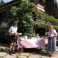 Lisi und Werner Matieschek vor der Mayerlehenhütte.