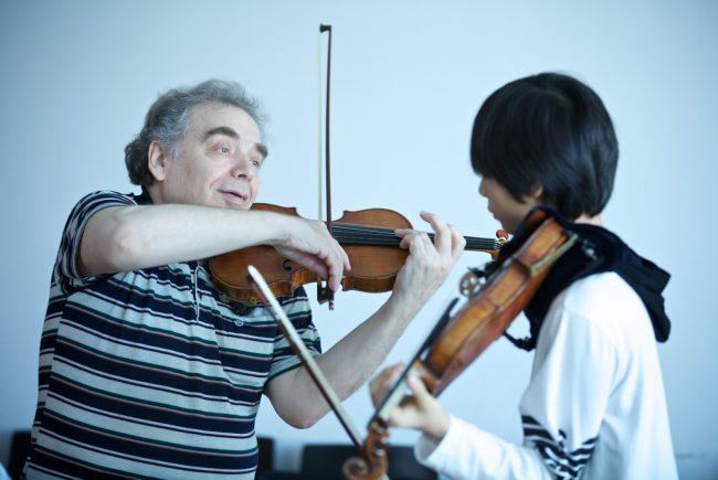 Unterrichtsszene Violine mit Dozent Zakhar Bron, Bildnachweis: Mozarteum/Christian Schneider