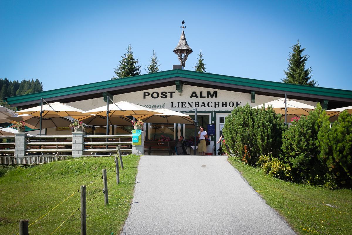 Am Parkplatz vor dem Lienbachhof auf der Postalm ist der Beginn des Almblumenwegs