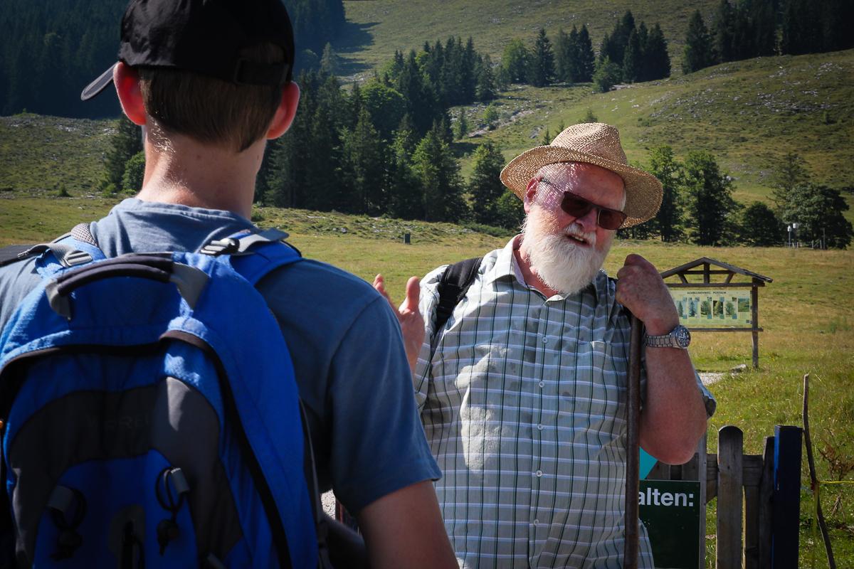 Hans Burgstaller verabschiedet sich und freut sich über das große Interesse der Wanderer