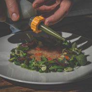 Bestes Olivenöl kommt über den rohen Fisch. c Edith Danzer