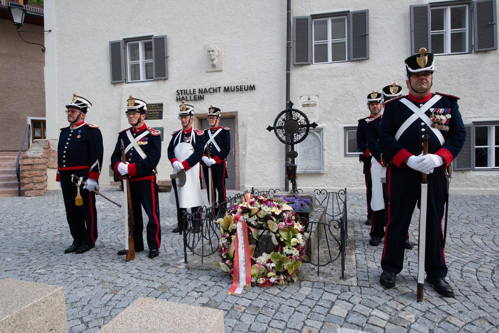 Bürgergarde der Stadt Hallein vor dem Stille-Nacht-Museum
