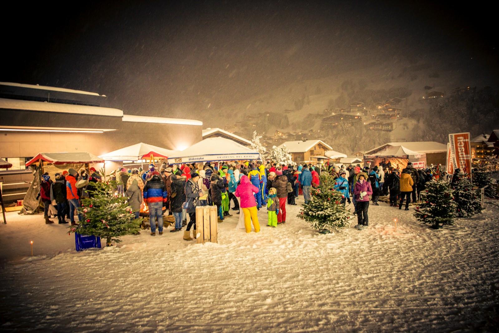 Vorweihnachtliche Kulisse an der Talstation beim Fliegenden Adventmarkt