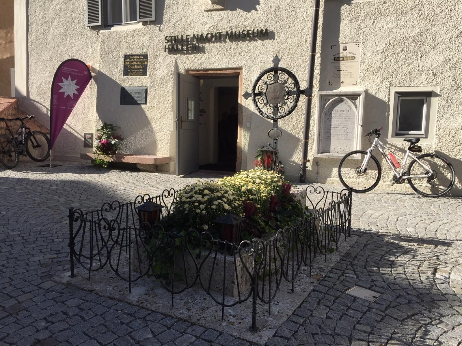 Stille Nacht Museum mit Gruber Grab