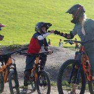 Sabine Enzinger von der Element Bike School mit einem jungen Biker im Bike Park Leogang