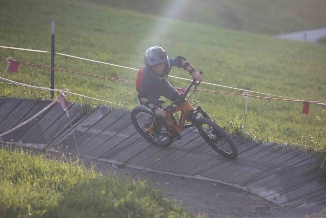 Junger Biker im Bike Park Leogang in einer Steilkurve