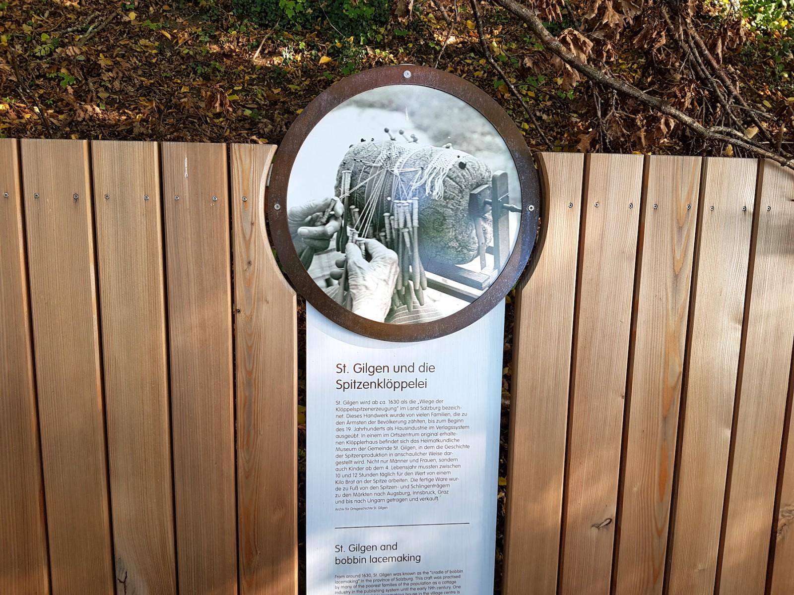 Die Bänke entlang des Weges enthalten viele spannende Informationen über die Geschichte des Salzkammerguts.