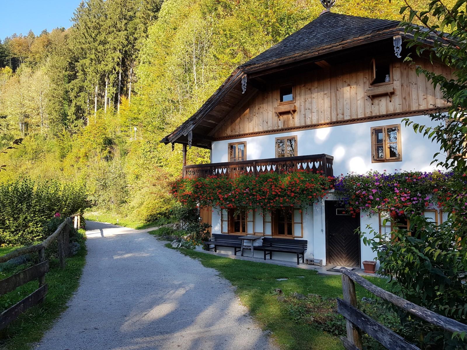 Historische Häuser entlang des Weges laden zum Stehenbleiben und Staunen ein.