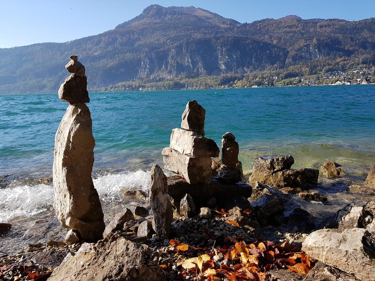 Steinmännchen gibt es auch am Seeufer