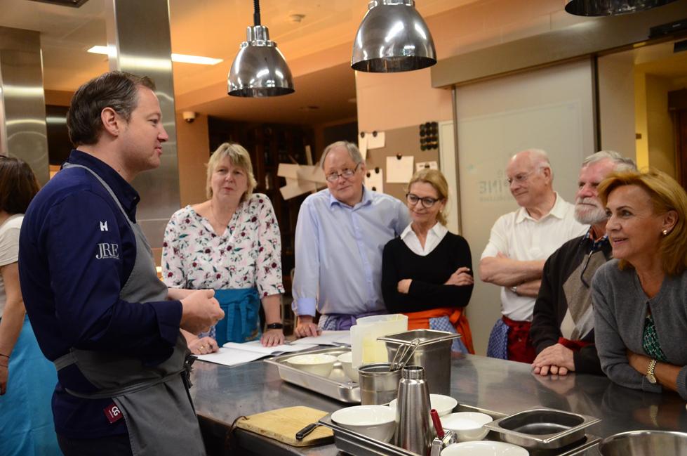 Der Kochkurs mit Andreas Döllerer ist mit 15 Personen ausgebucht.