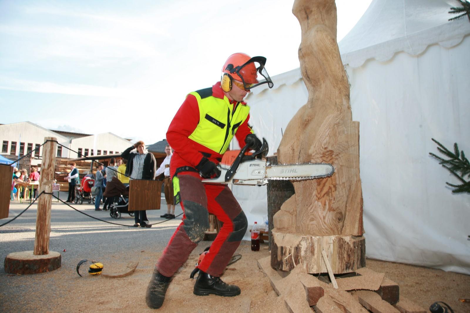 © TVB Kuchl - kreativ bearbeitete Baumstämme zur Begrüßung in der Holzgemeinde Kuchl