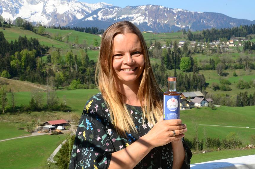 Isabell trinkt Oxymel verdünnt mit Wasser