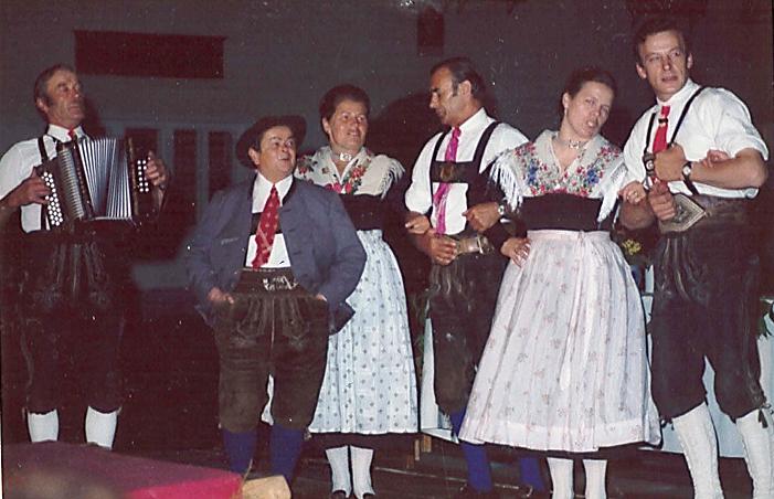 Tanzgruppe im Jahr 1974