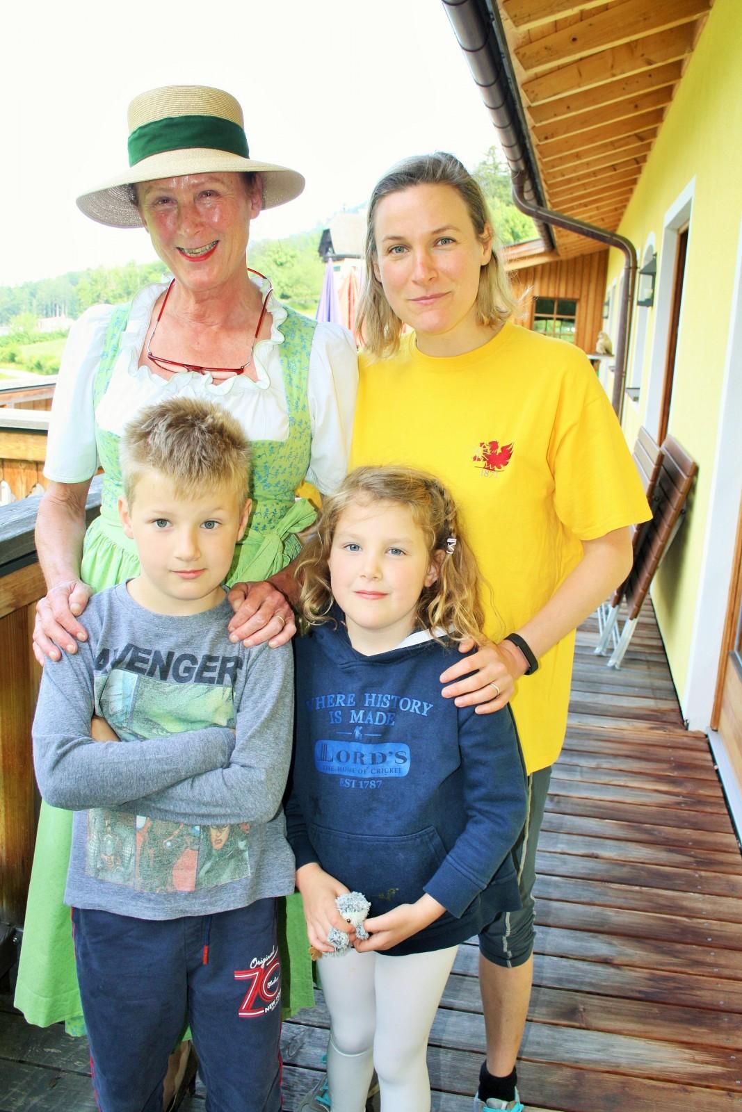 Andrea Berger mit ihrer Tochter und ihren Enkelkindern.