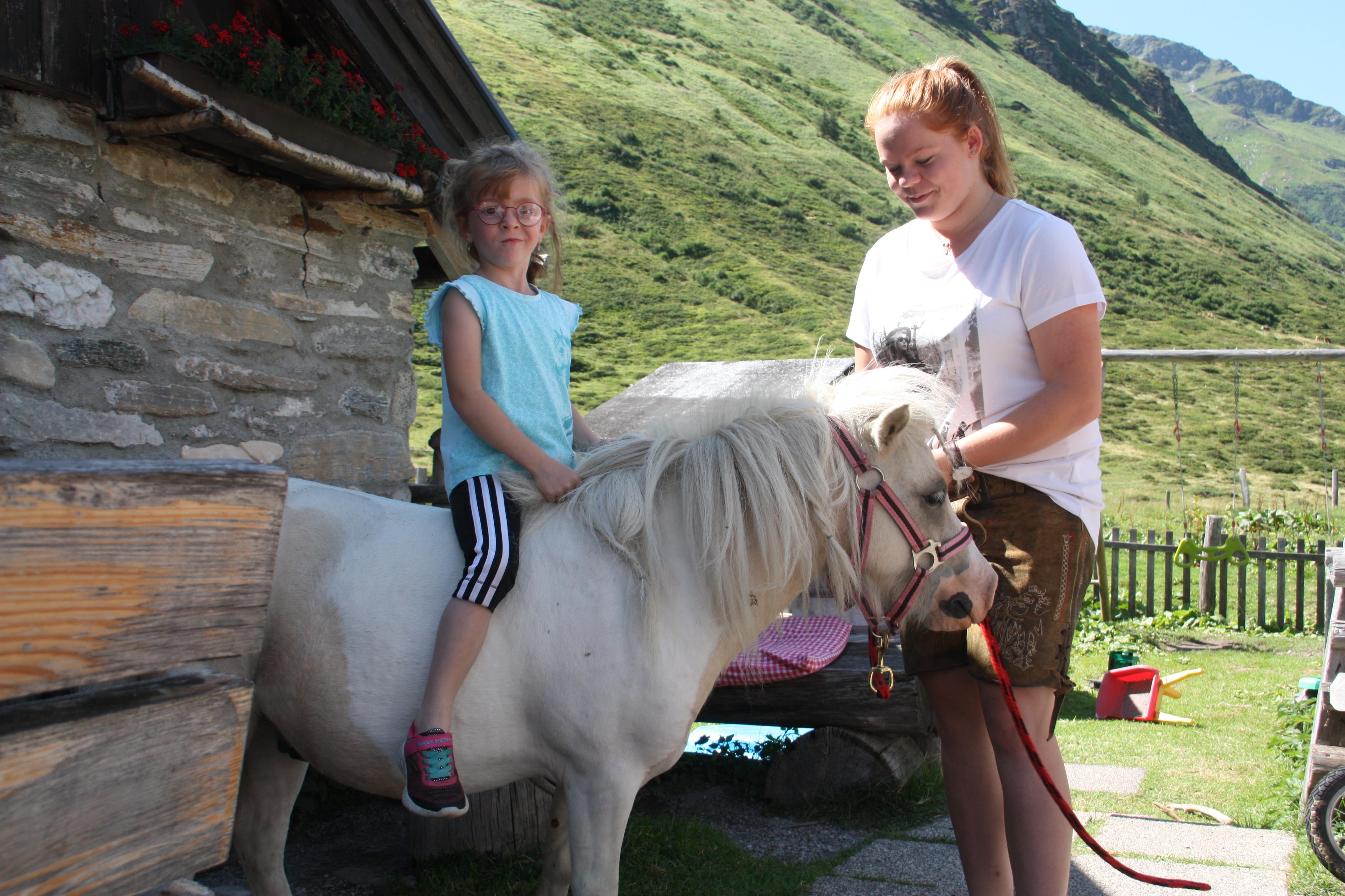 © SalzburgerLand Tourismus, Martina Egger, Eva-Maria und Pony Charly sind ein gutes Team