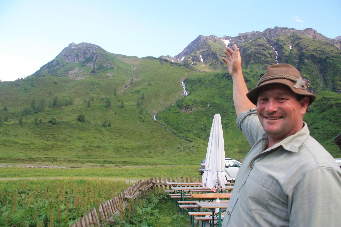 © SalzburgerLand Tourismus, Martina Egger, Tom zeigt auf seinen Arbeitsplatz, das Weidegebiet in Sportgastein