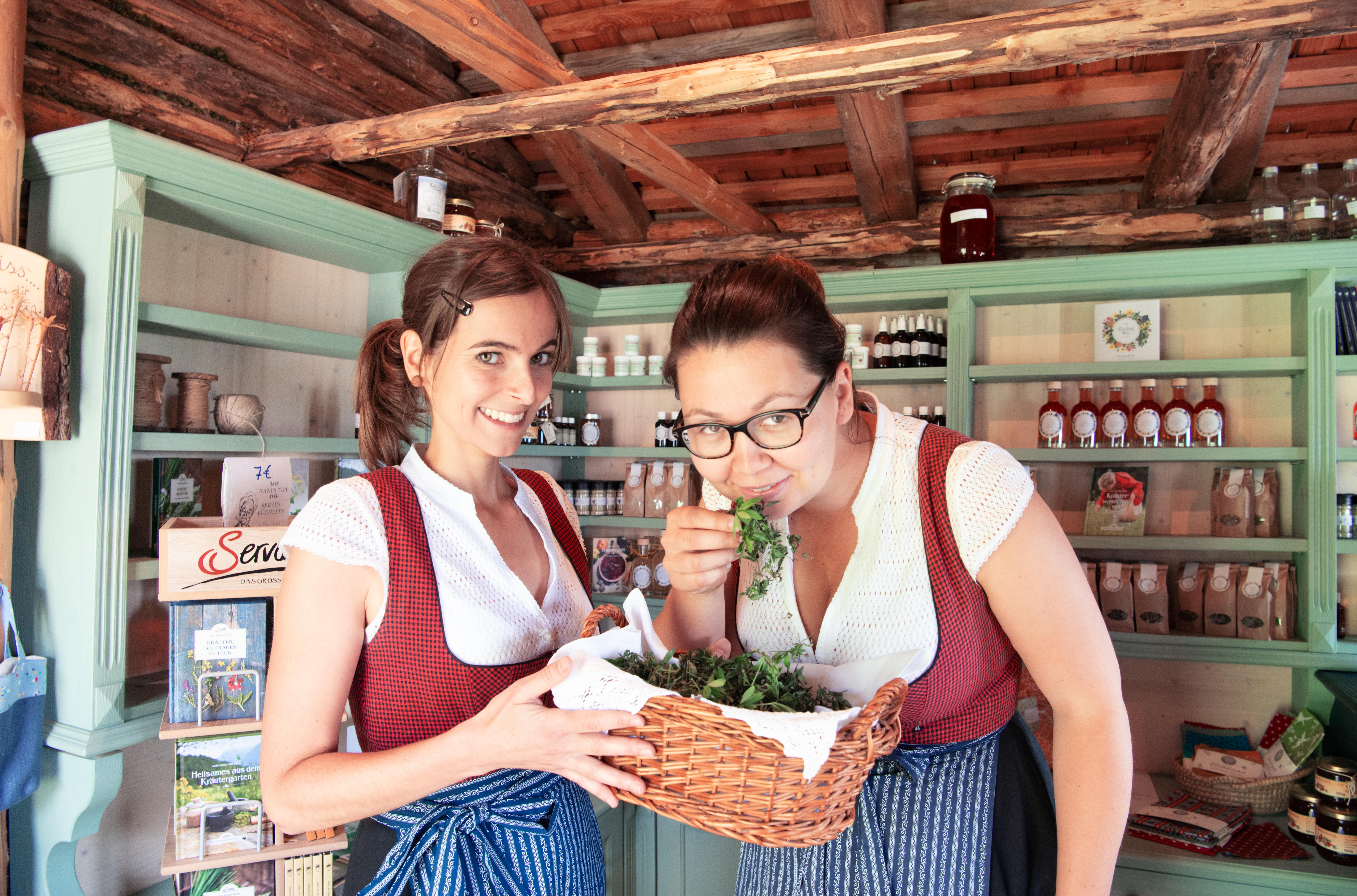 Sarah und Isabella mit frischen Kräutern. c Edith Danzer