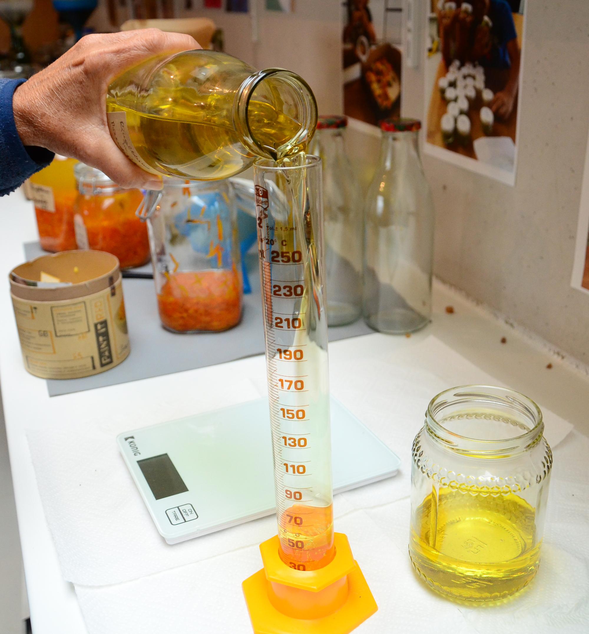 Ringelblumen-Mandelöl zum Herstellen der Salbe