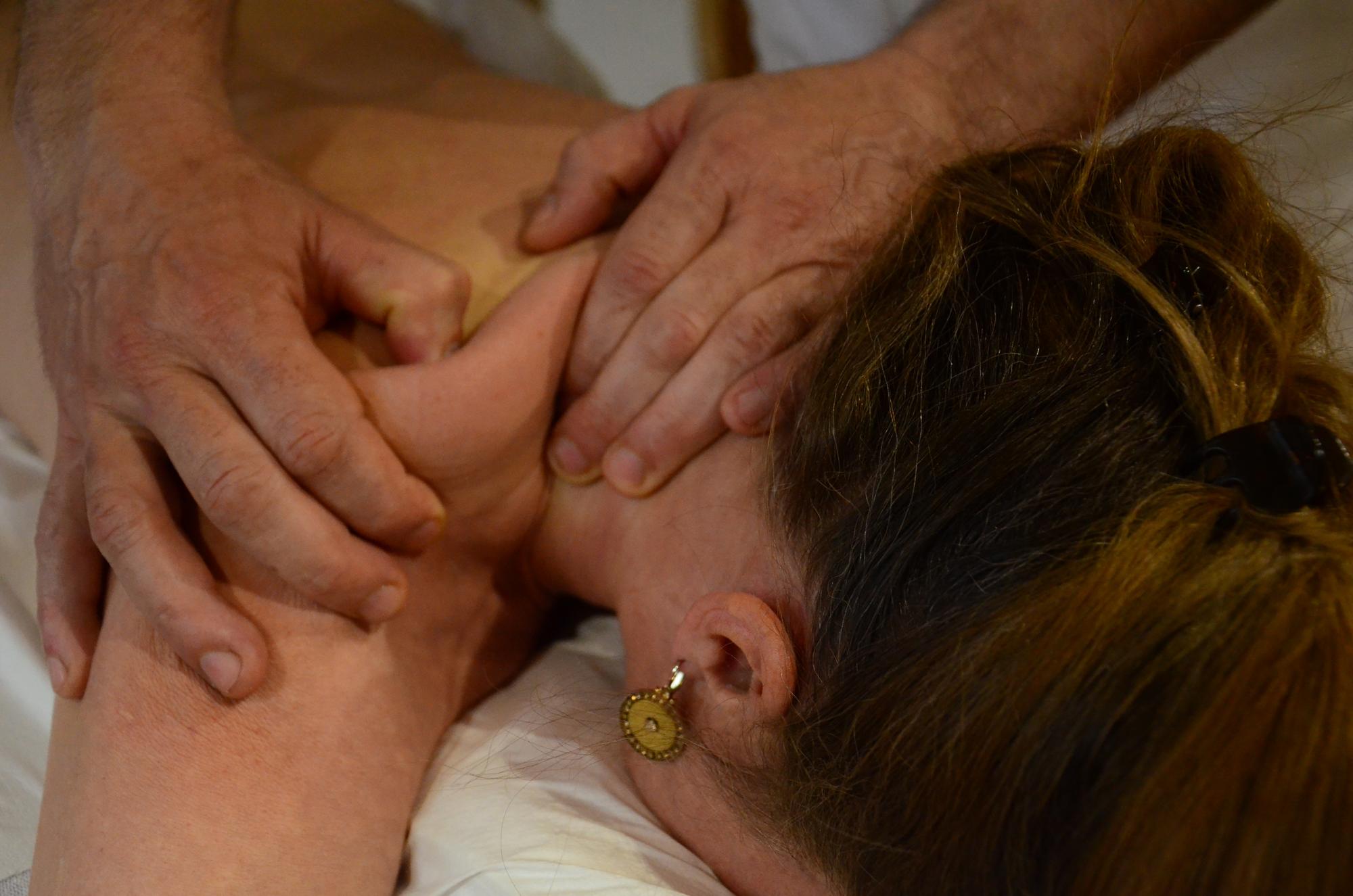 Massagegriff bei Schulterverspannungen