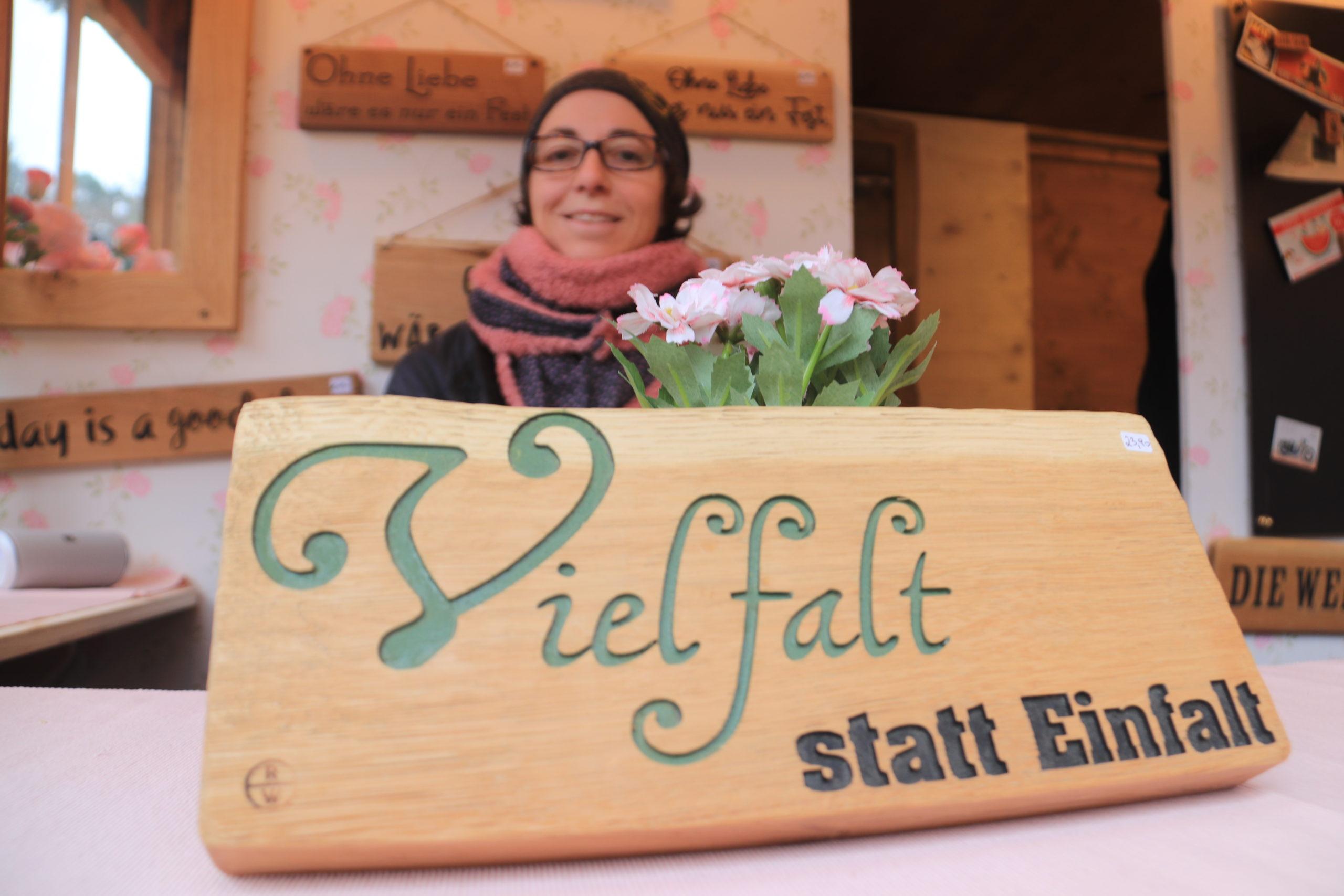 © Martina Egger -Nici Ulich am Stand beim Hellbrunner Adventzauber. Romanswerk findet man aber auch auf anderen Kunsthandwerksmärkten in Salzburg.