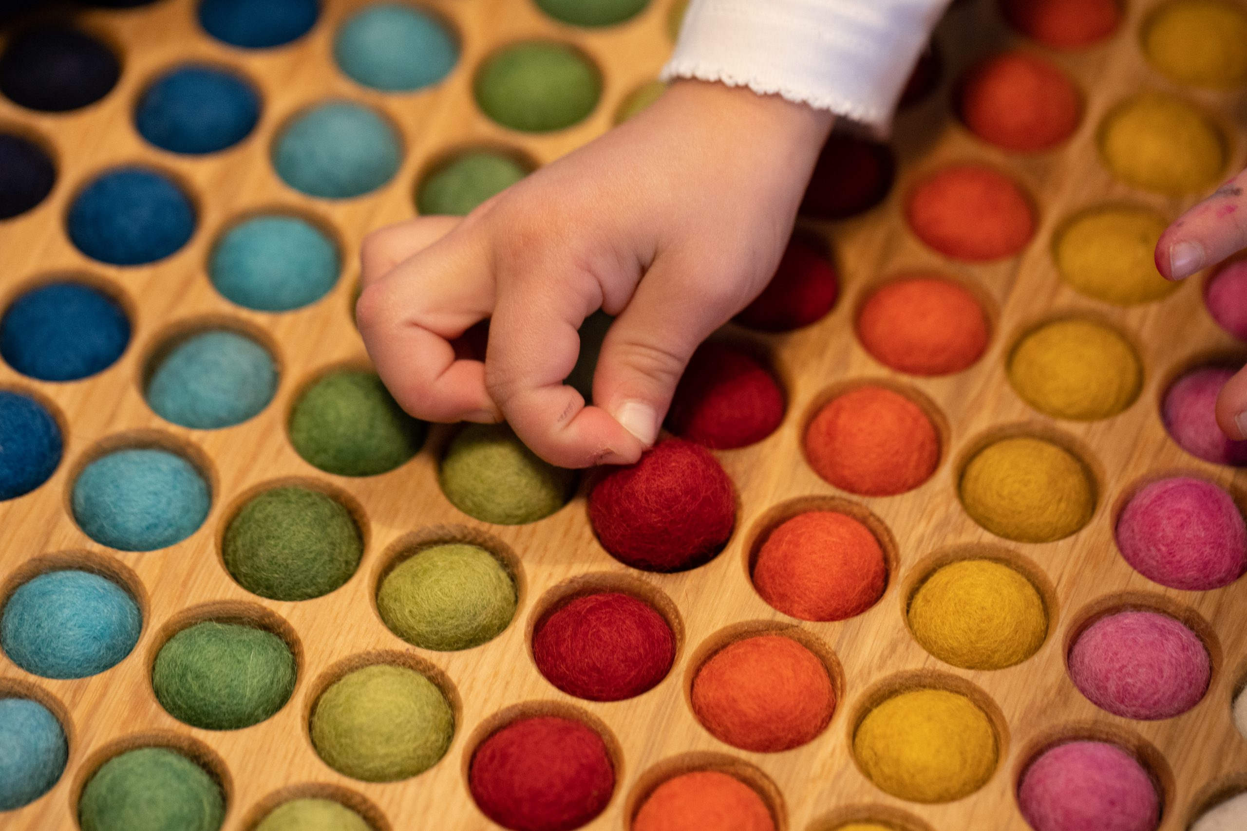 © Romanswerk - das Farbenspiel fördert Kreativität und Feinmotorik
