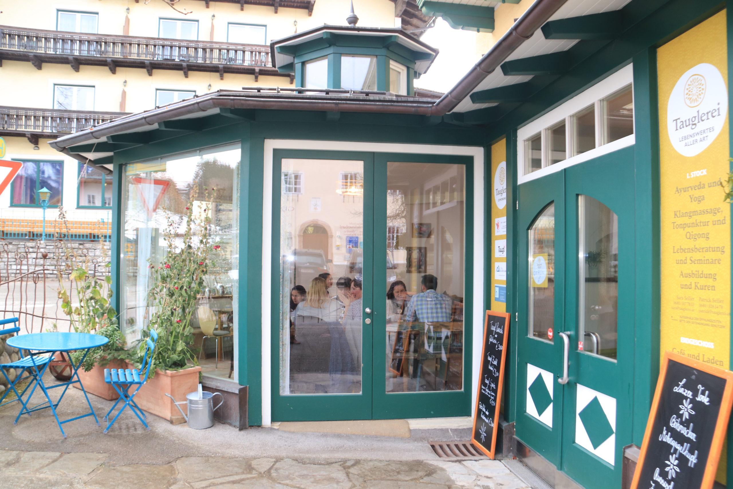 © Martina Egger  - im gemütlichen Wintergarten kann man regionale Köstlichkeiten des Tauglerei Café-Restaurants genießen