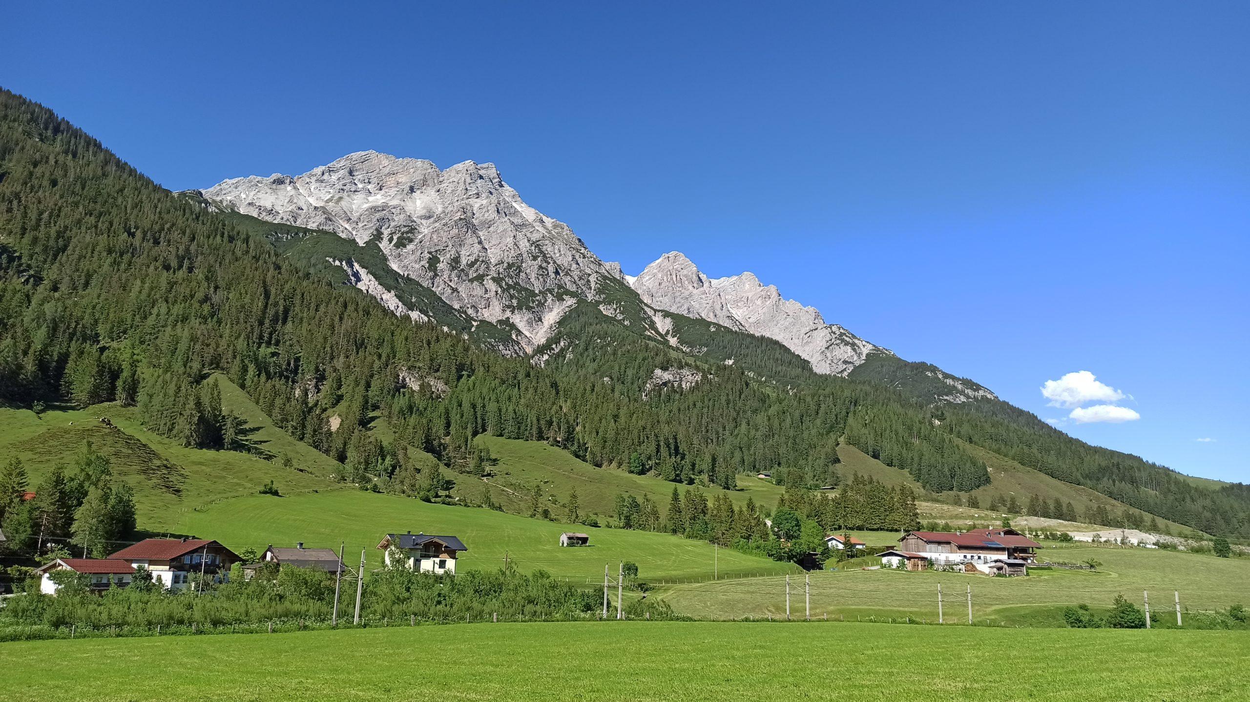Die Ortschaft Grießen von der Passhöhe aus betrachtet