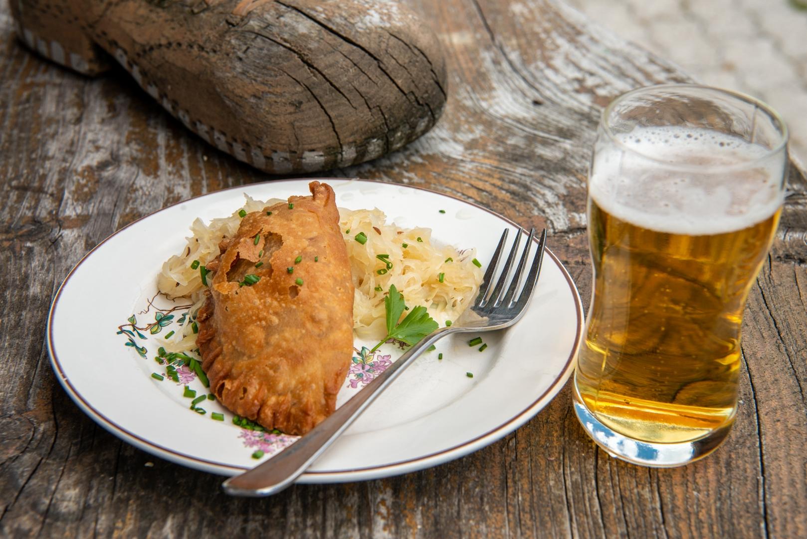 Fleischkrapfen mit Sauerkraut und Bier. c Edith Danzer