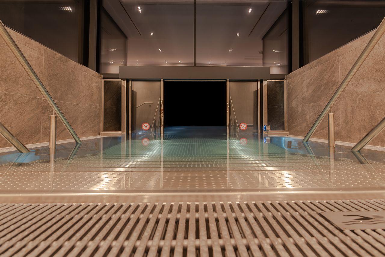 Der große Pool im Hotel Stadt Wien führt ins Freie und ist ganzjährig beheizt