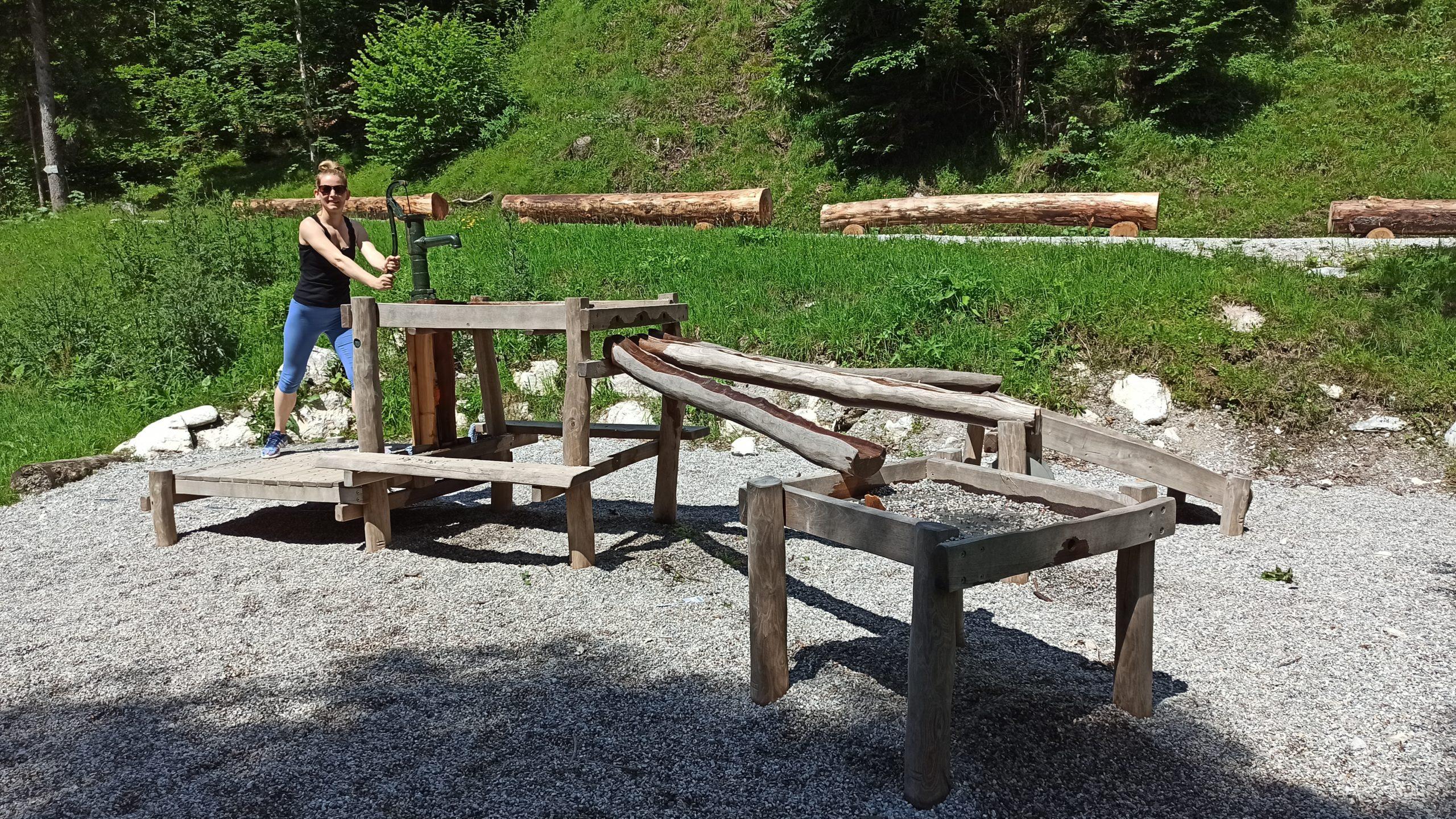 Spielerisches Steinzeit-Erlebnis an der Wasserpumpe